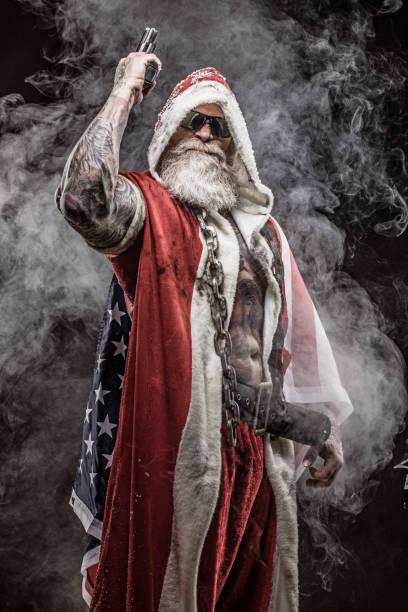 bad santa claus mit pistole - rebellenflaggen tattoos stock-fotos und bilder