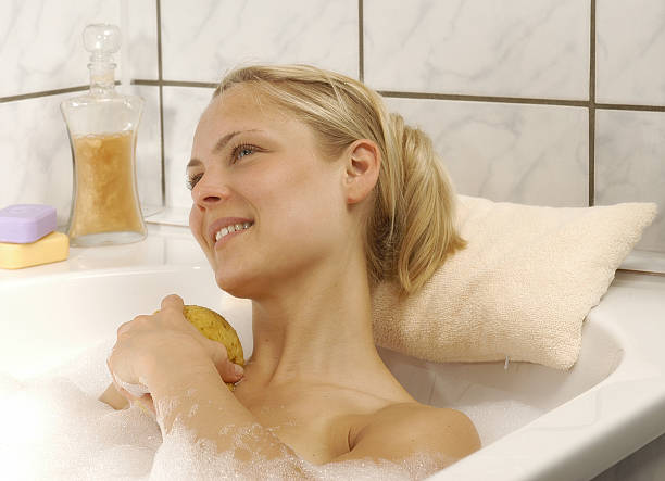 baden - badewannenkissen stock-fotos und bilder
