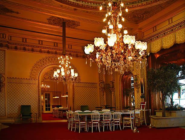 baden-baden.  großartige halle des casino. - alten kronleuchter stock-fotos und bilder
