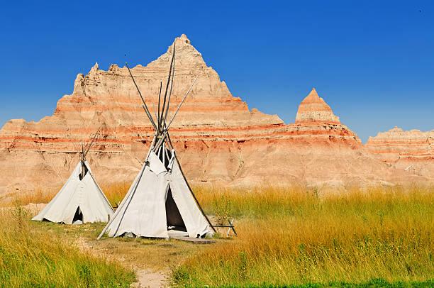 badlands national park - indianer tipi stock-fotos und bilder