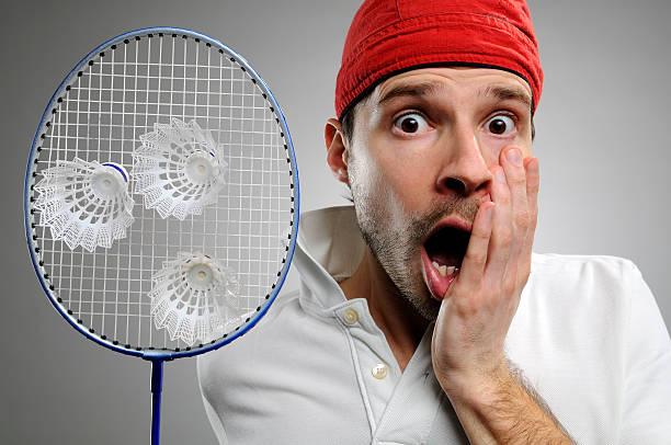 joueur de badminton surpris de voir trois fléchettes dans son roquette - badminton sport photos et images de collection