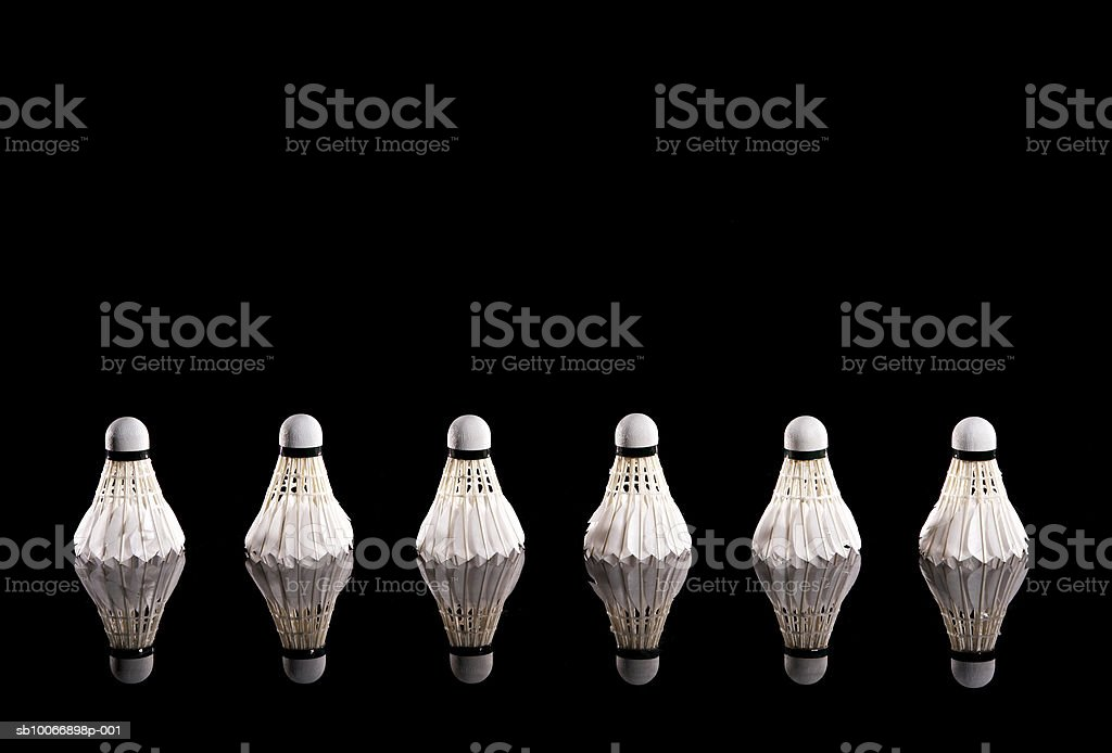 Badminton shuttlecocks in row on black background royalty free stockfoto