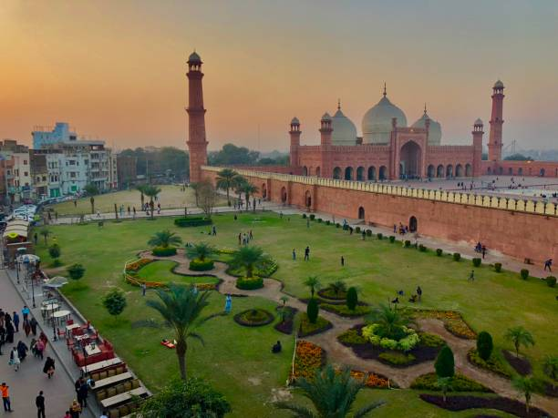 Badshahi mosque Lahore, in English Kings mosque Lahore is one of the biggest mosque of world in red color near the old city of lahore Badshahi mosque Lahore, in English Kings mosque Lahore is one of the biggest mosque of world in red color near the old city of lahore lahore pakistan stock pictures, royalty-free photos & images