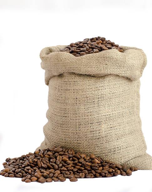 Saco de grãos de café isolado no fundo branco - foto de acervo