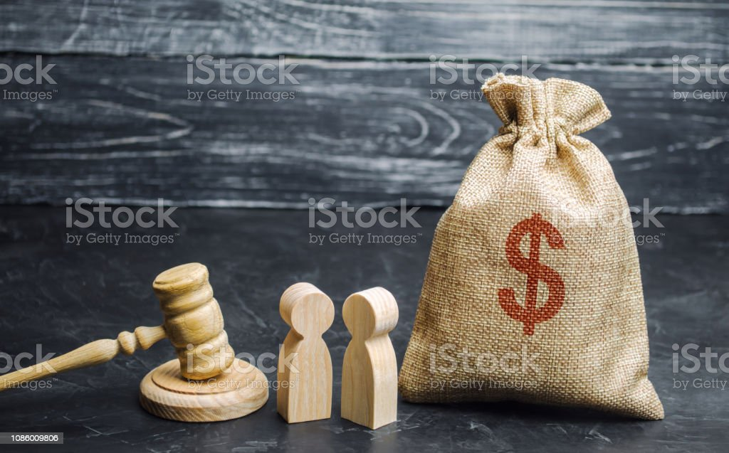 Beutel mit Geld, Menschen und des Richters Hammer. Das Konzept der Business-Konflikt. Die Trennung von Eigentum und Scheidung. Nichtzahlung von Schulden. Alimente. Restrukturierung der Schulden. Streit zwischen zwei Geschäftsleute – Foto