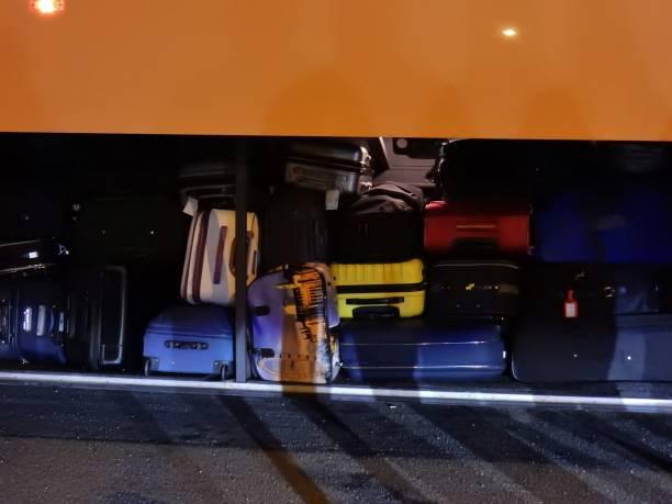 bagagli en pullman - suministros escolares fotografías e imágenes de stock