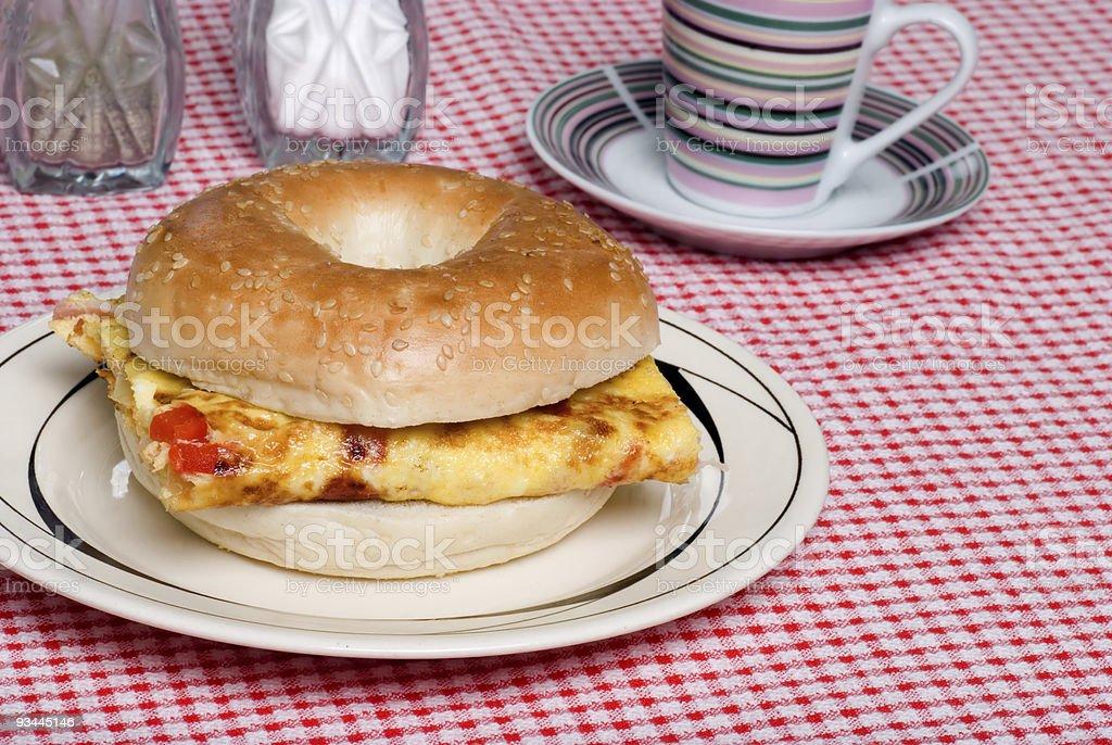 Bagel und Omelett-sandwich Nahaufnahme Lizenzfreies stock-foto