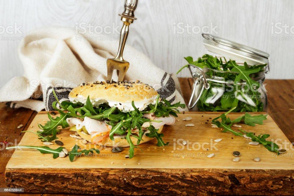 Bagel sandwich con rucula - foto stock