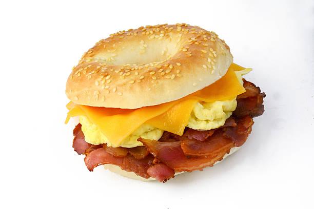 bagels mit ei und käse und speck isoliert - ei sandwiches stock-fotos und bilder