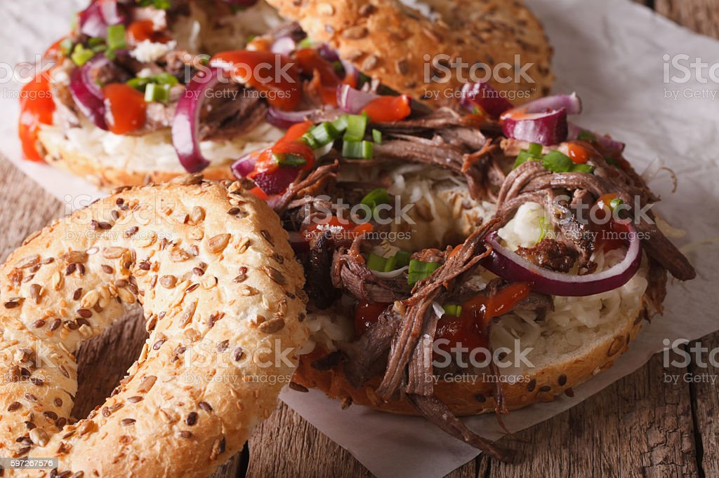 Bagels with Pulled pork, onions and slaw close-up. horizontal Lizenzfreies stock-foto