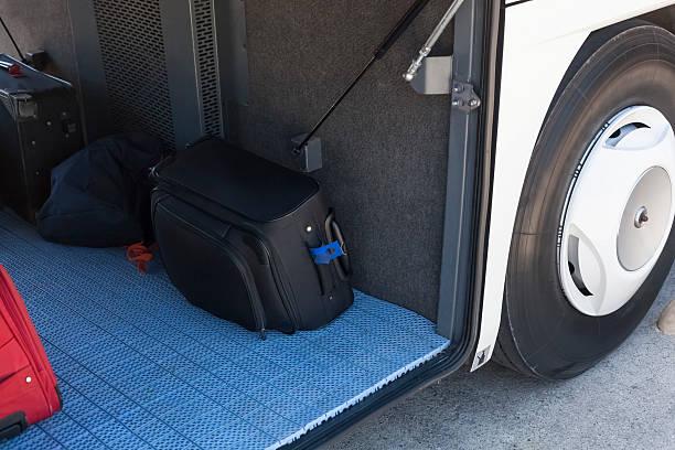 gepäck im bus - gepäck verpackung stock-fotos und bilder