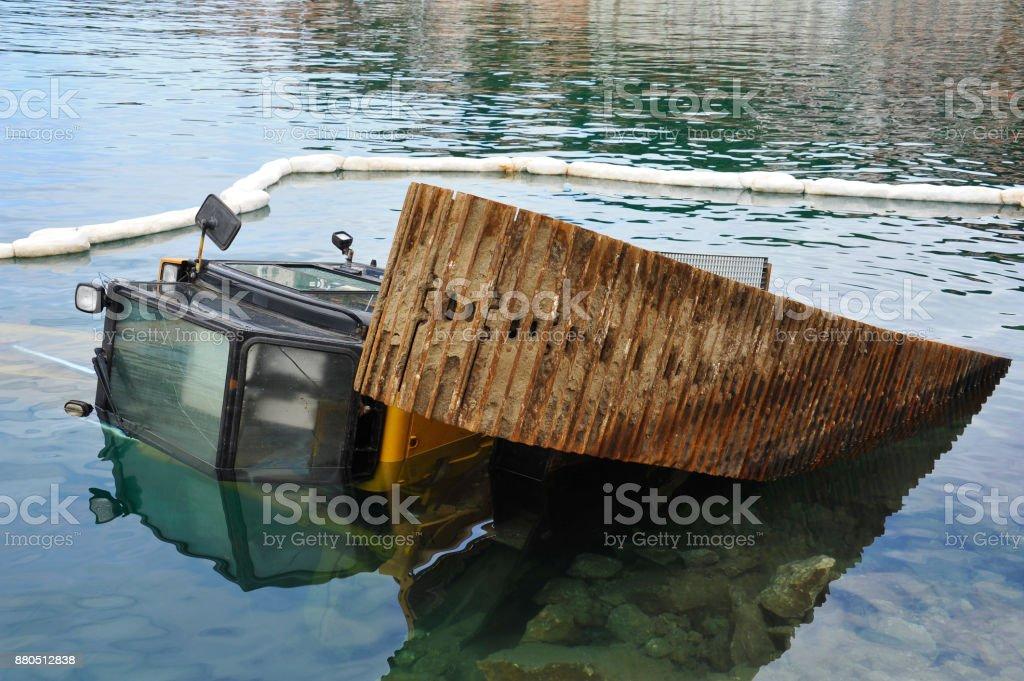 Bagger Liegt Nach Unfall Im Wasser des Hafens – Foto