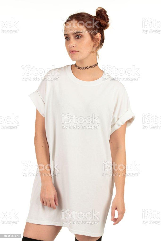 0b705ae25c27ce Baggy witte streetwear shirt-jurk met vrije ruimte gedragen door leuke vrouw  model voor uw