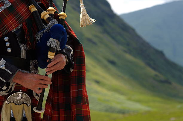 bagpiper in schottland - schottische kultur stock-fotos und bilder