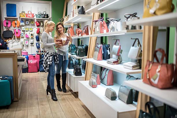 bags and wallets - leder handtaschen damen stock-fotos und bilder