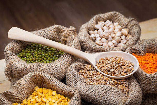 Bags of peas, chick peas, red lentils, wheat, green mung. – Foto