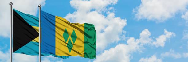 bahamas und saint vincent and the grenadines fahne winken im wind gegen weißen wolkenblauen himmel zusammen. diplomatenkonzept, internationale beziehungen. - kingstown stock-fotos und bilder