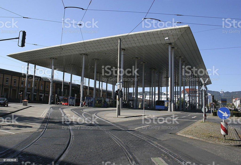 Bahnhof Wilhelmshöhe in Kassel mit Vordach und Herkules rechts royalty-free stock photo