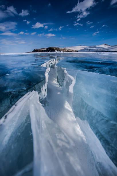 het ijs van baikal - siberië stockfoto's en -beelden