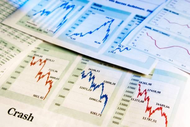 Baisse an der Börse Diagramme zeigen fallende Kurse als Symbol für einen Crash an der Börse. monetary policy stock pictures, royalty-free photos & images