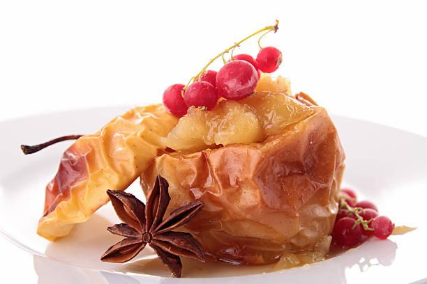 gebackener apfel und roten johannisbeeren - bratäpfel stock-fotos und bilder