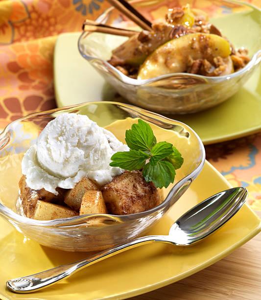 bratapfel dessert mit eis - bratäpfel stock-fotos und bilder