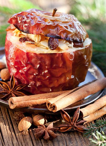 bratapfel mit weihnachten gewürzen - bratäpfel stock-fotos und bilder
