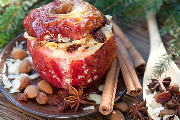 bratapfel mit gewürzen - bratäpfel stock-fotos und bilder