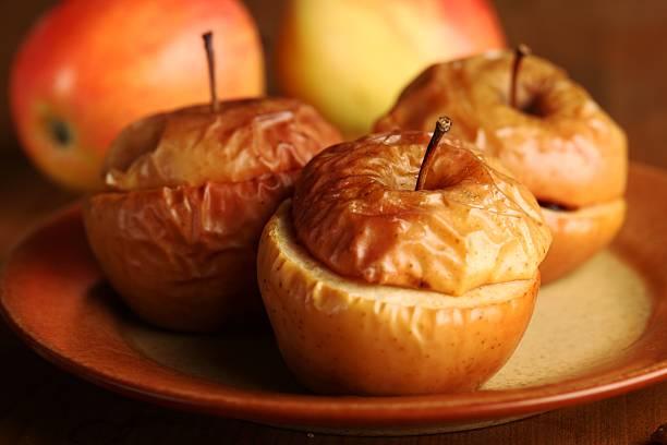 gebackene äpfel - bratäpfel stock-fotos und bilder