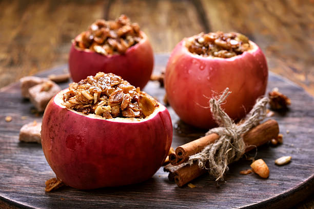 baked apples stuffed with granola - 塞滿的 個照片及圖片檔