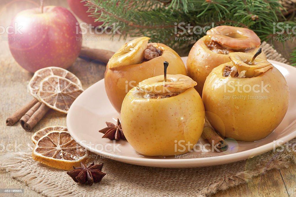 Cocido manzanas con la miel y nueces - Foto de stock de Adviento libre de derechos