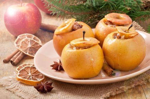 Cocido Manzanas Con La Miel Y Nueces Foto de stock y más banco de imágenes de Adviento