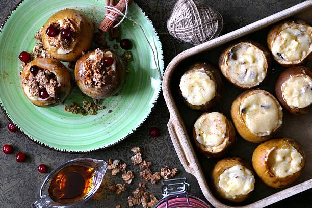 baked apples with honey, nuts, berries and granola - bratäpfel stock-fotos und bilder