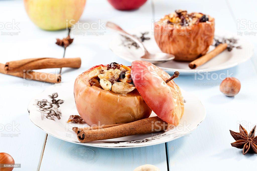 Gebackene Apfel mit Nüssen und Rosinen – Foto