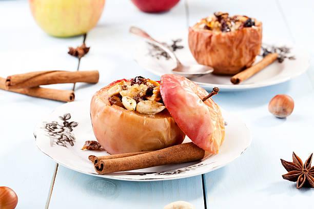 gebackene apfel mit nüssen und rosinen - bratäpfel stock-fotos und bilder