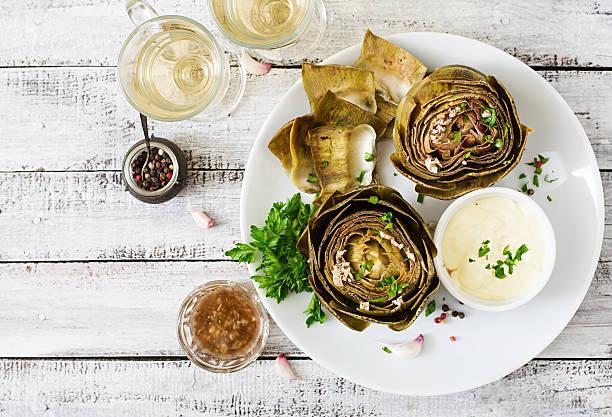 Cocido alcachofas preparado con salsa de ajo y mostaza y perejil - foto de stock