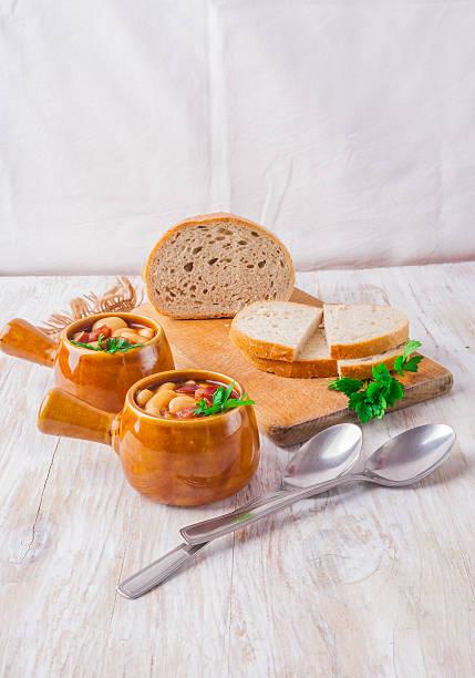 gebackene bohnen - crock pot süßigkeiten stock-fotos und bilder