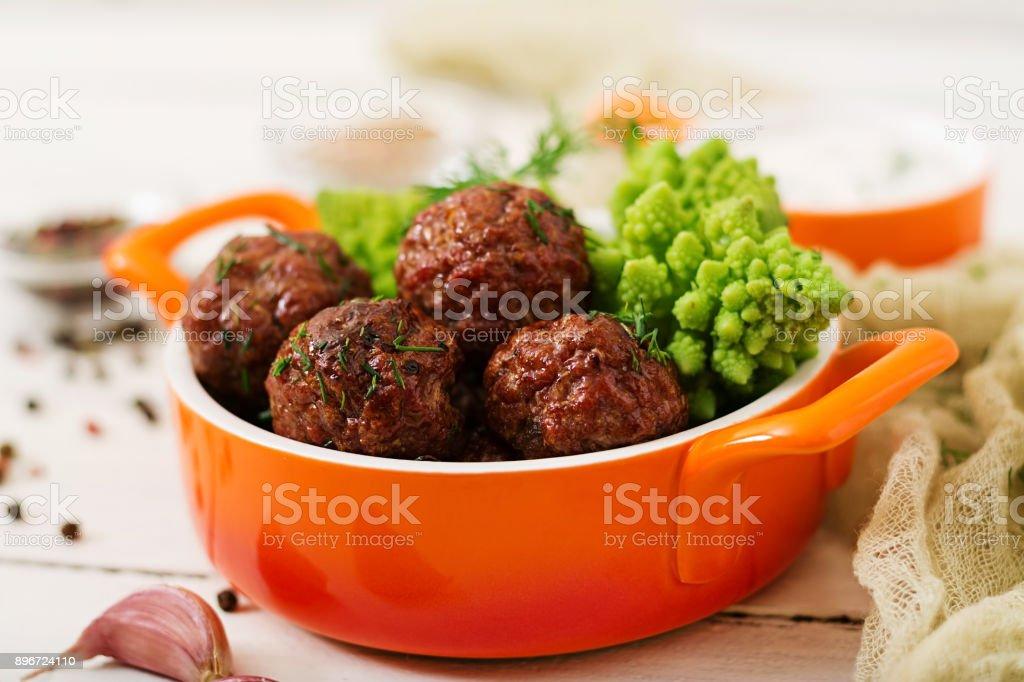 Gebackenes Rindfleisch Frikadellen und Garnitur aus gekochtem Kohl Romanesko. Diät-Menü. Die richtige Ernährung. – Foto