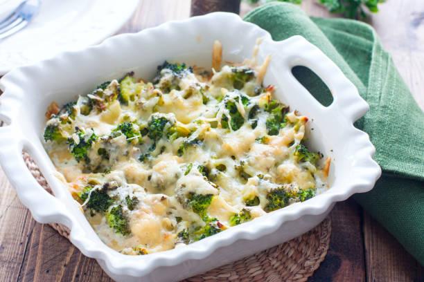 baked broccoli with chicken in a ceramic form on a wooden table, selective focus - caçarola imagens e fotografias de stock