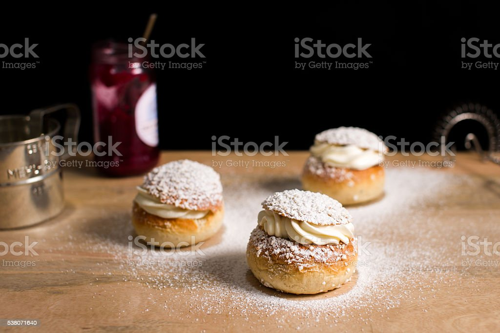 Baked buns filled with whipped cream and jam. – Foto
