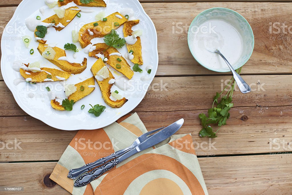 Abóbora assada, salada de coentro e limão e cebola verde - foto de acervo
