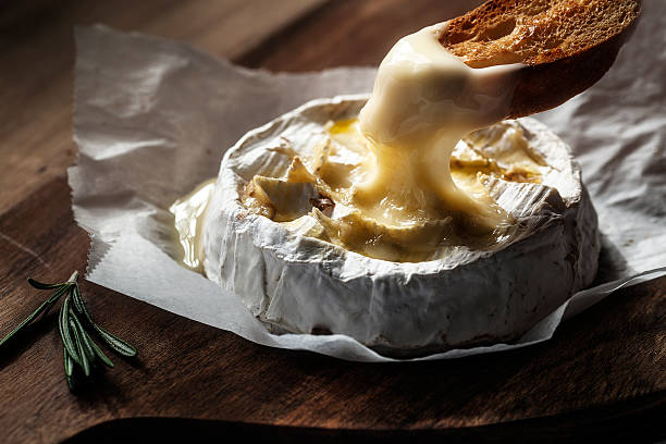 Baked camembert with toast and rosemary - foto de stock