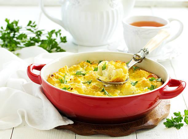 baked cauliflower with cheese. - gebackener blumenkohl stock-fotos und bilder