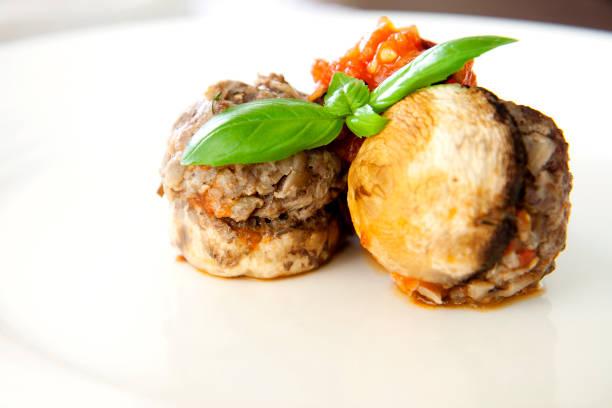 gebackene champignons gefüllt mit hackfleisch und gemüse. - gebackene champignons stock-fotos und bilder