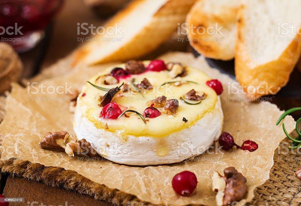 Cuit au four fromage Camembert avec des canneberges et des noix - Photo