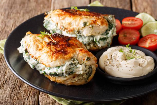 烤雞肉魚片, 加乳酪和菠菜, 配醬汁特寫。水準 - 塞滿的 個照片及圖片檔