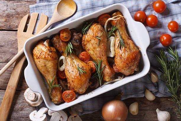 gebackenes huhn mit gemüse beine nahaufnahme horizontale ansicht von oben - hühnerkeulen stock-fotos und bilder