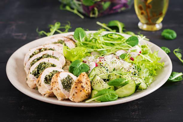 Gebackene Hühnerbrötchen mit Spinat und Käse auf Teller. Gesundes Mittagessen. Keto Diät. – Foto