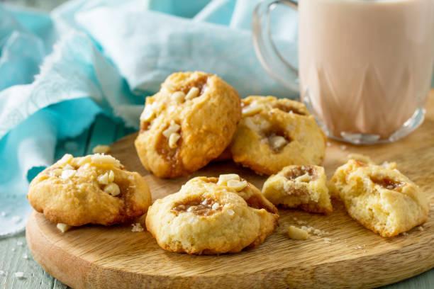 구운 크리스마스 쿠키. 수제 칩 쿠키 캐러멜 소금과 코코아 음료나무 소박한 테이블에 음료. 스톡 사진