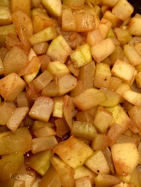 gebackene zimt und äpfeln, zubereitung von speisen - bratäpfel stock-fotos und bilder